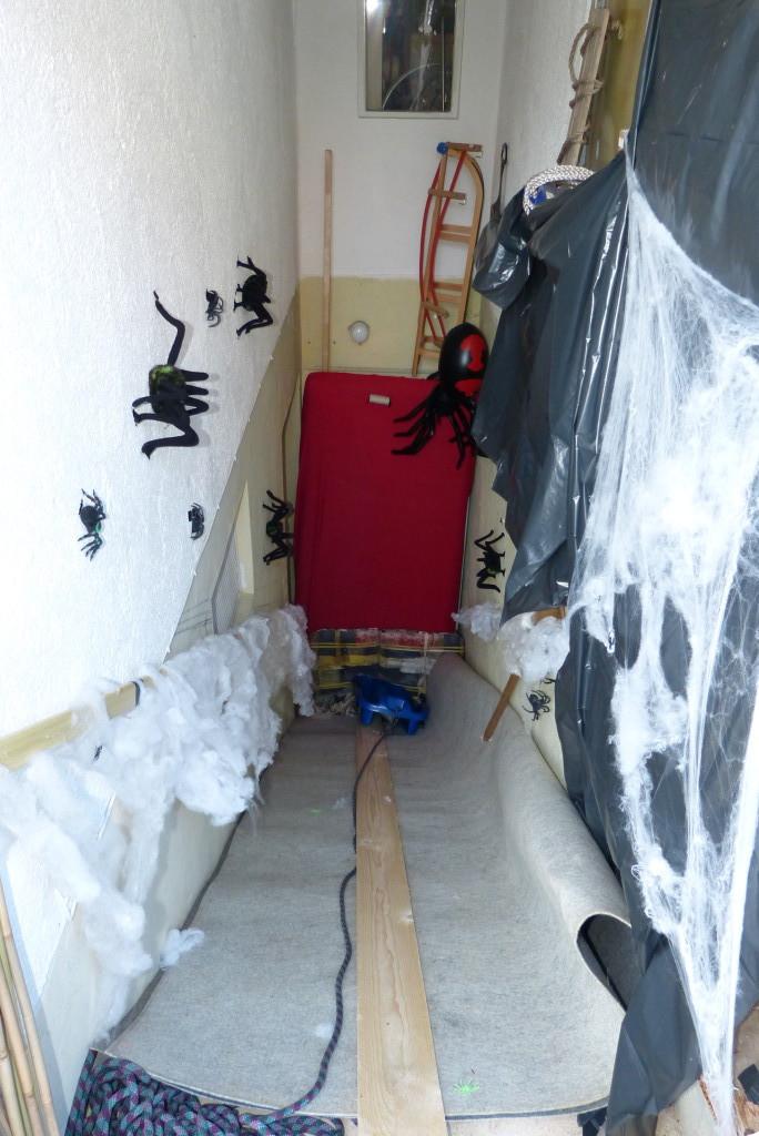 Über die Spinnenrutsche geht es hinunter in die Geisterbahn