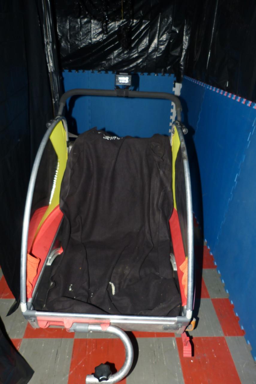 Ein Fahrradanhänger dient als Wagen für die Geisterbahn
