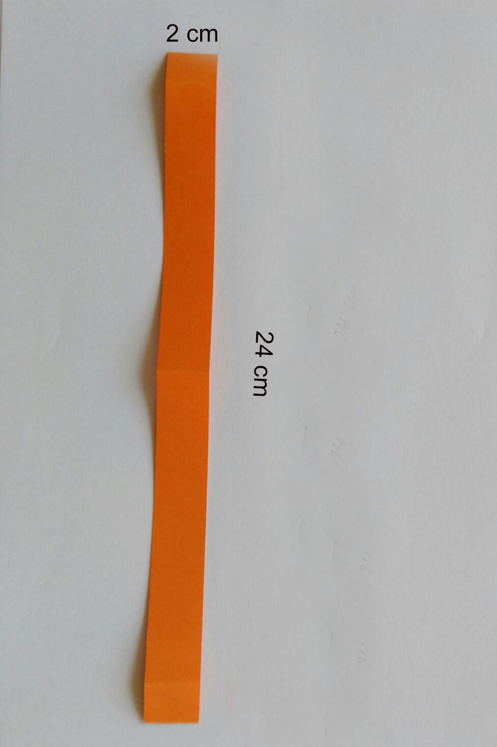 Schneidet einen Streifen aus dem orangenen Tonzeichenpapier in der Größe 2 cm x 24 cm.