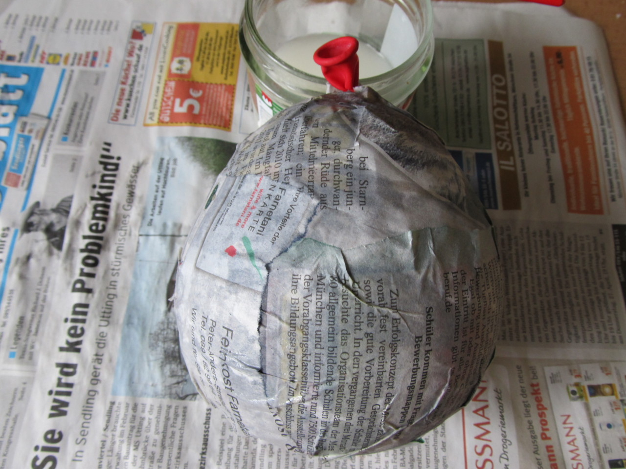 Dinosaurier-Eier aus Pappmaché basteln